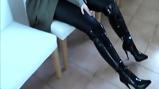 Nice-looking girl squirts on fucking machine