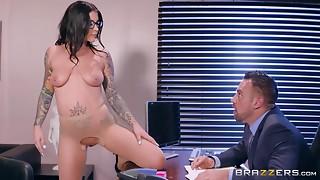 Hawt tattooed Felicity Feline seduces her boss for screw