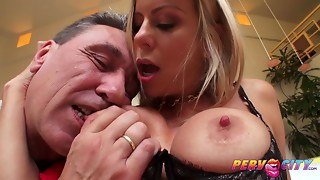 mommy i´d like to pound alexis fawx squirts all over steve's large cock